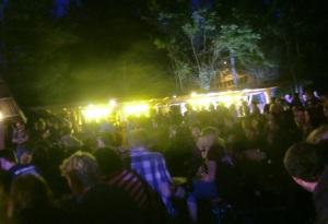 Publikum bei der Hauptbühne abends